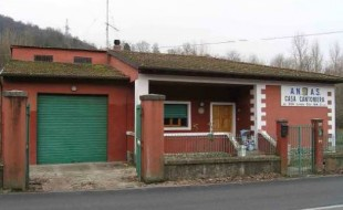 Una delle case cantoniere in vendita