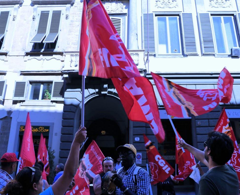 Lavoratori appalto Alia-Selezione carta davanti a Palazzo Medici Riccardi (foto Antonello Serino - Met)