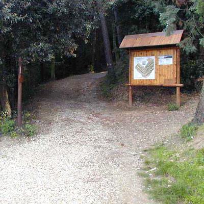 """Ingresso alla ANPIL da cui partono il sentiero """"Villa Peyron e le botteghe della pietra"""" ed il sentiero CAI 1 NA (di Elena Petrini)"""