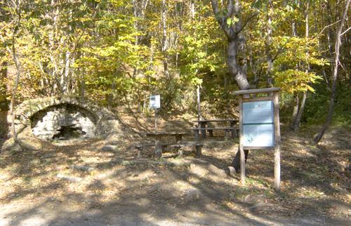 Sorgente della Guardia (acqua non potabile) e area di sosta con tavoli e panchine all'ombra (di Pontassieve Natura www.pontassievenatura.it)