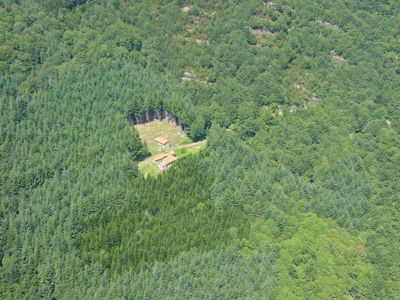 Veduta dall'alto dell'insediamento rurale Case Sant'Antonio (di Reggello Natura)