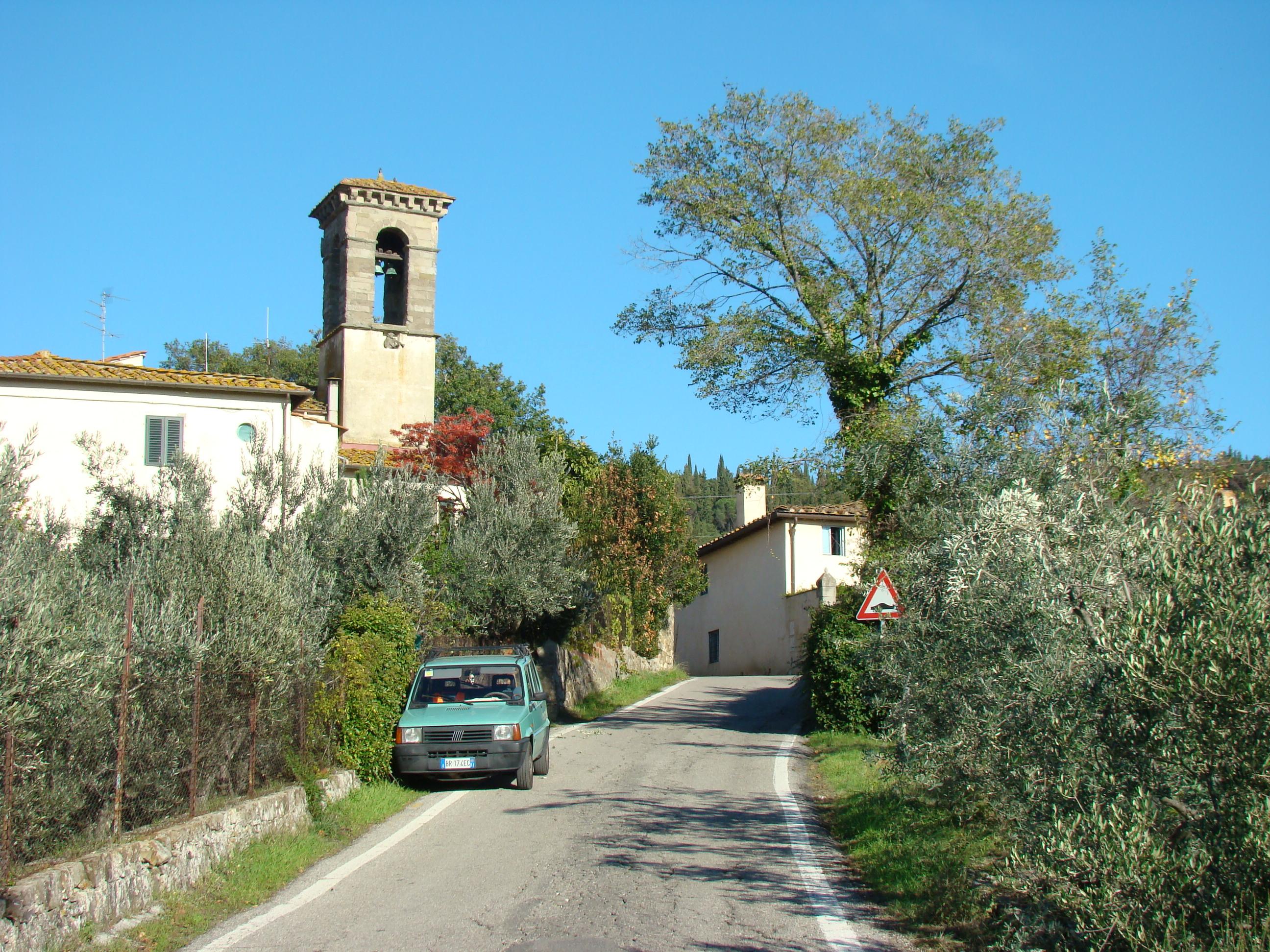 La Chiesa di Santa Maria e San Lorenzo a Vincigliata vista dalla strada Provinciale di Vincigliata all'altezza del Castello di Vincigliata (di Giuliana Profeti)