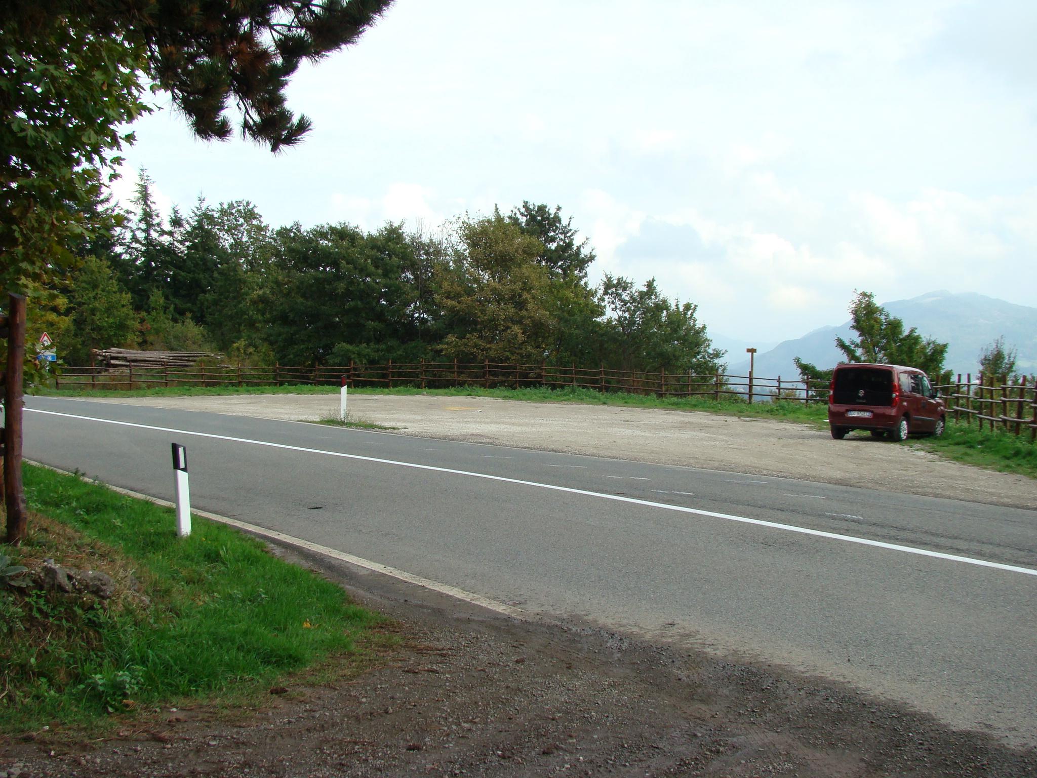 Parcheggio in corrispondenza dell'ingresso dell'area protetta in località Faggiotto (di Giuliana Profeti)