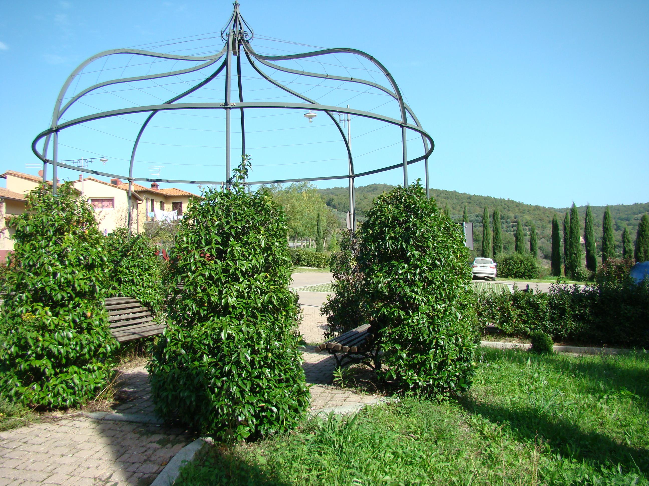 Gazebo nel parcheggio della Badia a Passignano (di Giuliana Profeti)