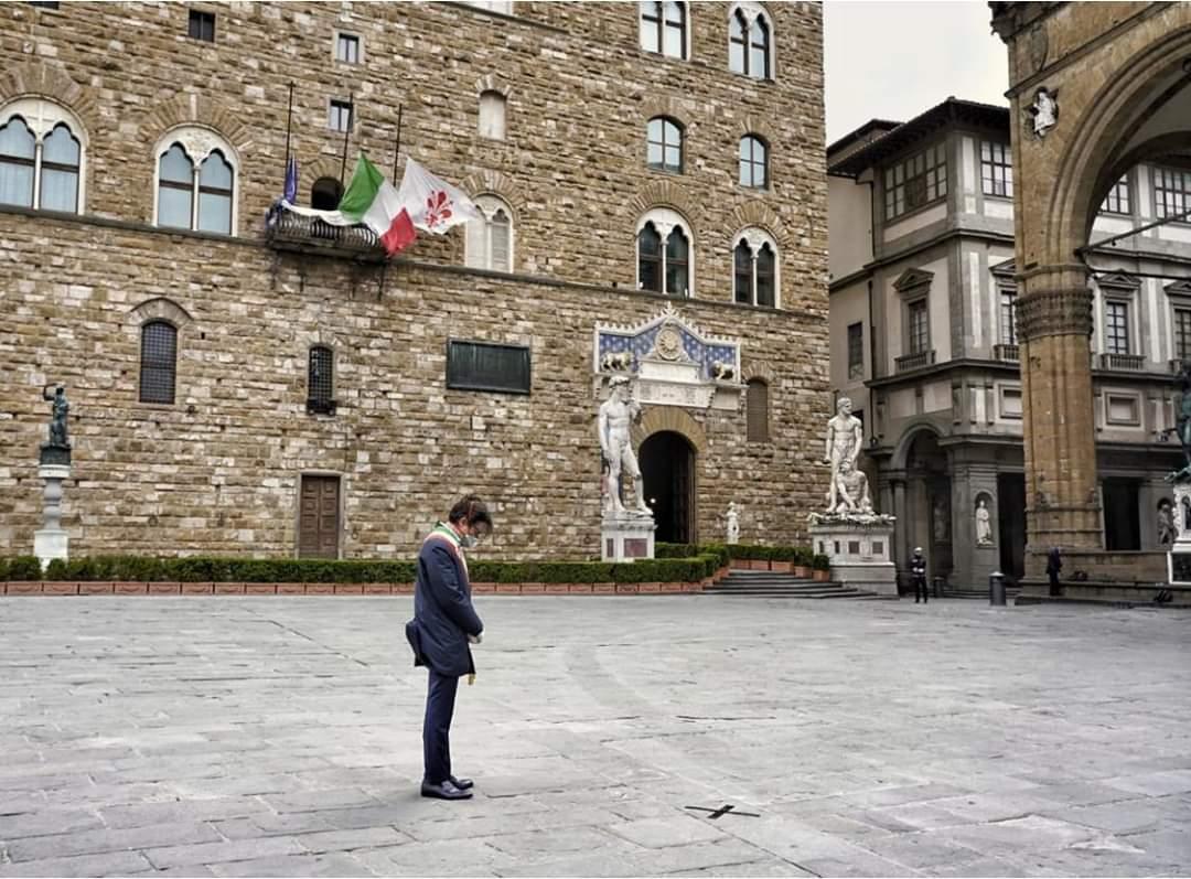 Il Sindaco Dario Nardella nel silenzio di Piazza della Signoria ricorca le vittime del coronavirus
