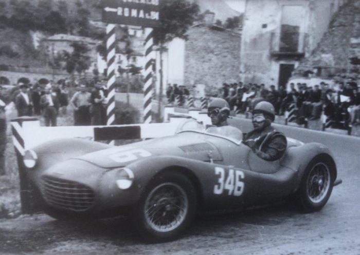 Un'auto d'epoca Ermini
