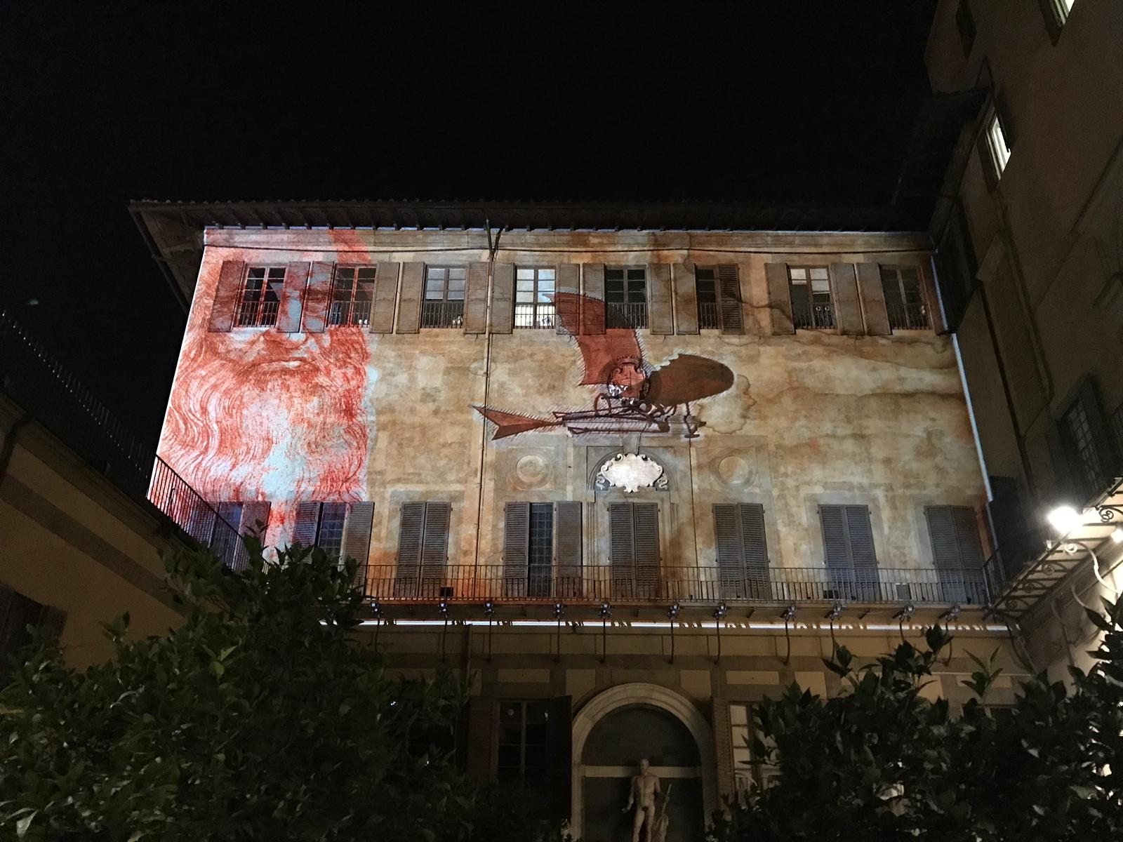 Le luci di F-light nel Giardino di Palazzo Medici Riccardi con proiezioni di immagini di Leonardo da Vinci