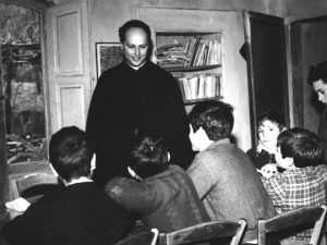 Scuola di Barbiana: don Lorenzo Milani e i suoi alunni in aula